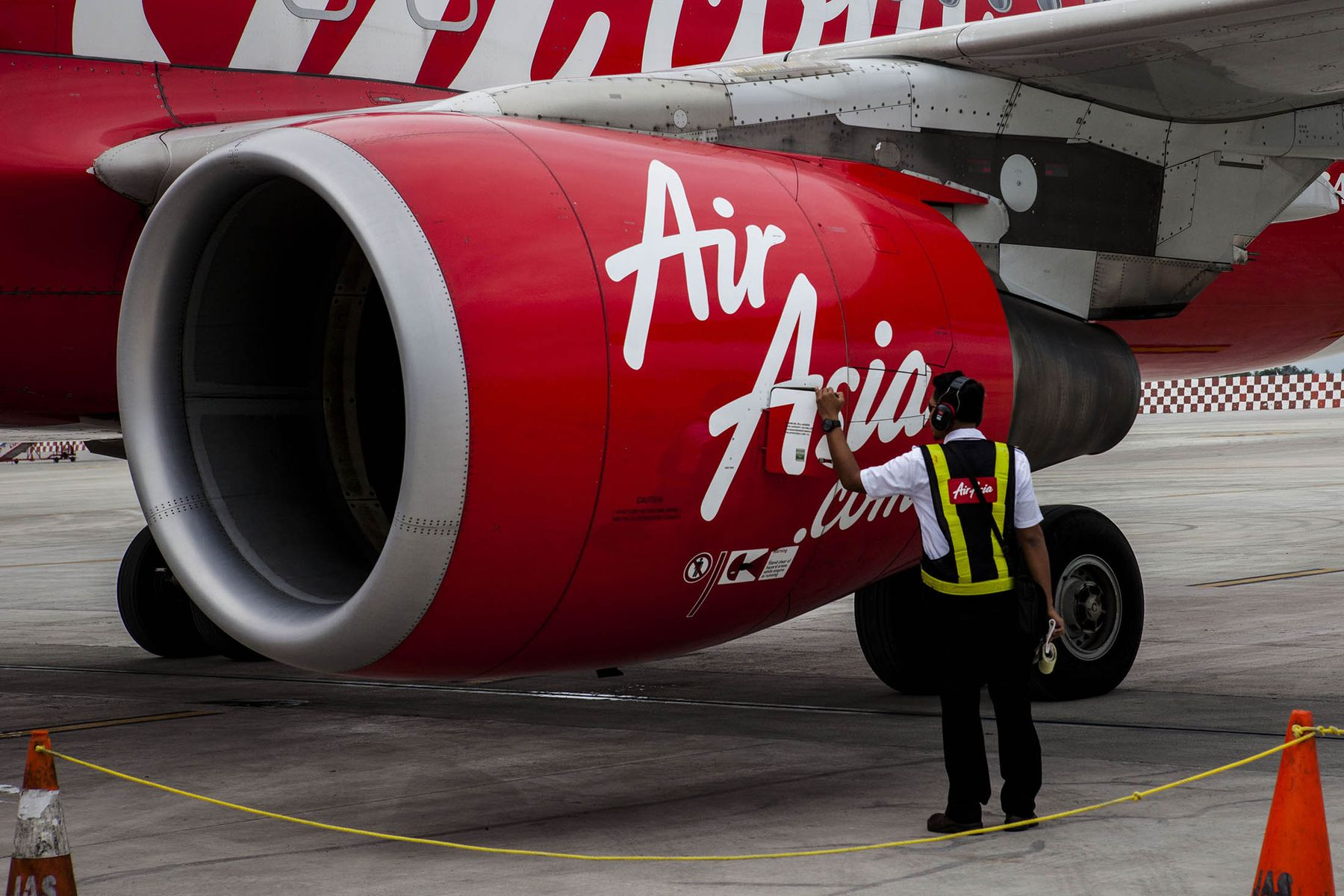 Picture Air Asia A320 engineer performing inspection